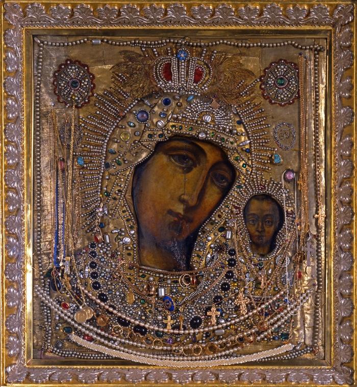 Обретенная в 1569 году чудотворная Казанская икона - главная святыня Казанского кафедрального собора Санкт-Петербурга